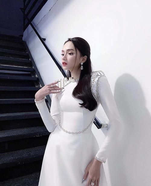 Áo dài cắt may tinh tế với đường ôm bó gọn eo thon khiến Hương Giang nhận được nhiều lời khen ngợi từ fan.