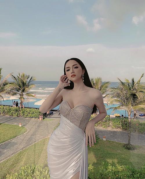 Hương Giang khoe dáng cùng đầm cúp ngực lấy cảm hứng từ trang phục corset được tạo điểm nhấn với vạt quấn bất đối xứng.