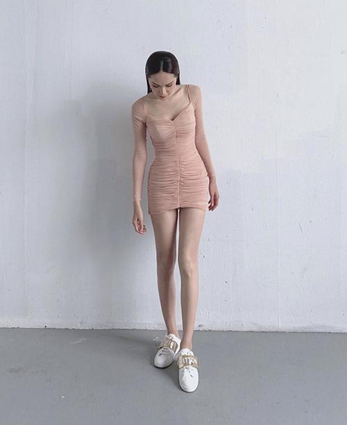 Váy hồng nude với phom dáng đơn giản nhưng vẫn giúp Hương Giang tôn dáng một cách hiệu quả.