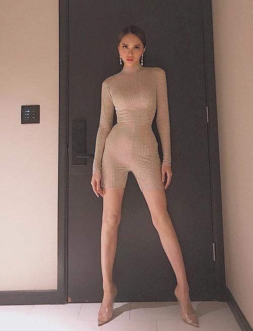 Khi tham gia trình diễn và xuất hiện tại các sự kiện, body suit càng khiến hình thể của Hương Giang bắt mắt hơn.