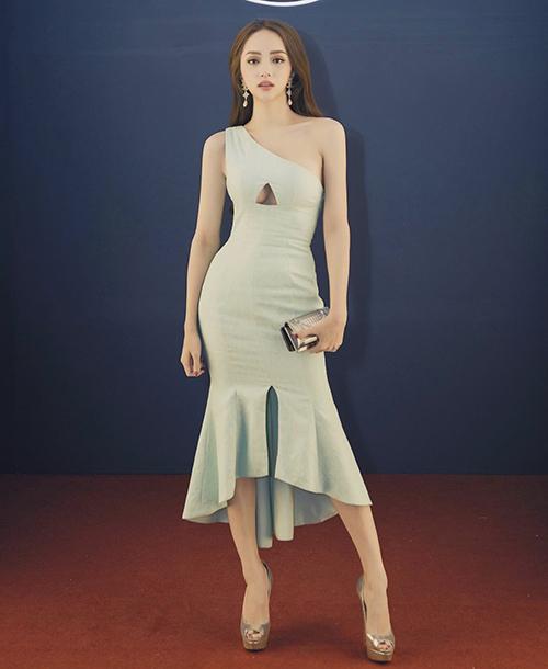 Một thời gian dài, hình ảnh Hương Giang luôn gắn liền với các mẫu váy bó sexy và đầm cut-out độc đáo.