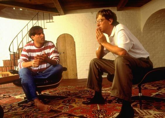 Steve Jobs (trái) và Bill Gates lúc trẻ. Ảnh: BI.