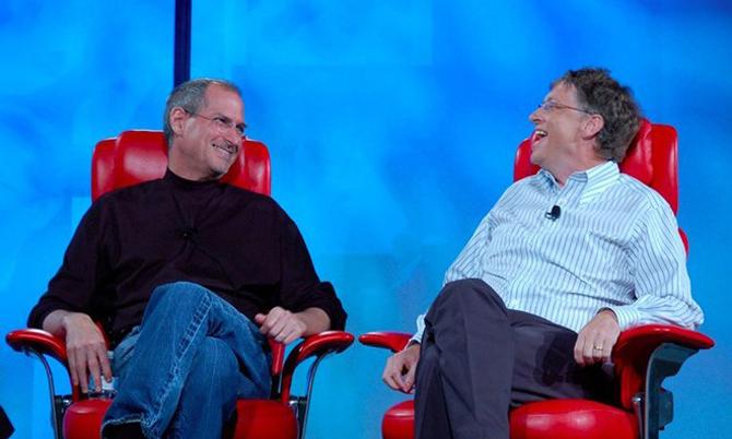 Steve Jobs (trái) và Bill Gates trong một hội nghị công nghệ tại Mỹ năm 2007. Ảnh: BI.