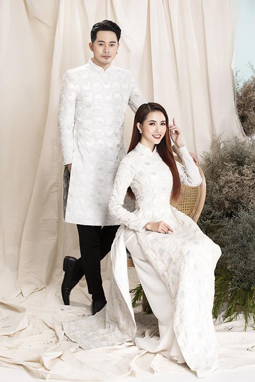 Áo dài có hoạ tiết đối xứng, được làm từ chất liệu vải có độ bắt sáng giúp cô dâu, chú rể thêm nổi bật.