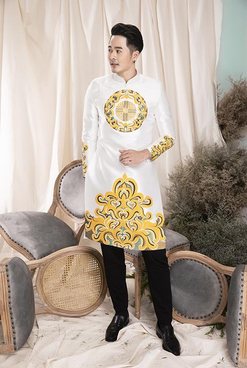 Vẻ đẹp của tấm áo nằm ở phom dáng giúp tôn thân hình người diện, hoạ tiết in cứng cáp, sắc nét.