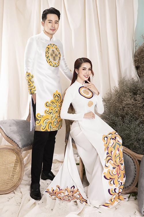 Áo dài uyên ương hoạ tiết cung đình đồng điệu là một gợi ý khác cho cặp sắp cưới.