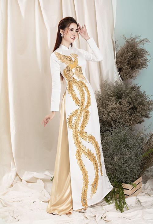Ở bộ sưu tập, Minh Châu tạo nên áo dài với loạt họa tiết rồng phượng may nổi cho áo dài uyên ương.