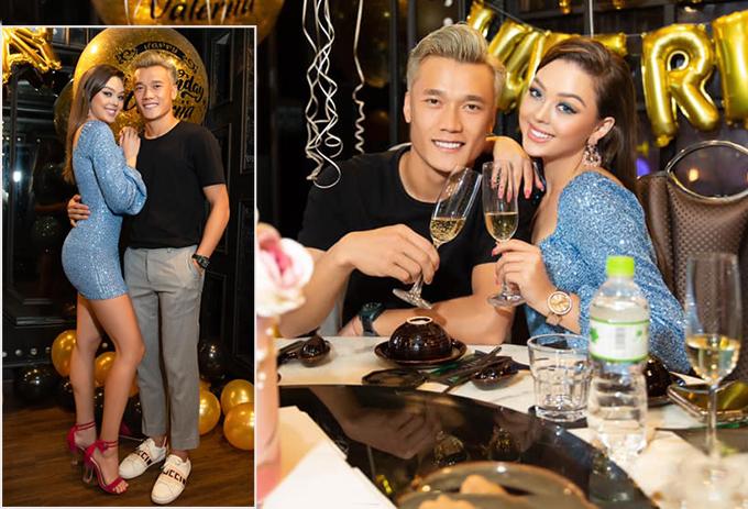 Bùi Tiến Dũng chụp ảnh tình cảm với Dinaka Zakhidova trong tiệc sinh nhật một người bạn. Ảnh: DZ.