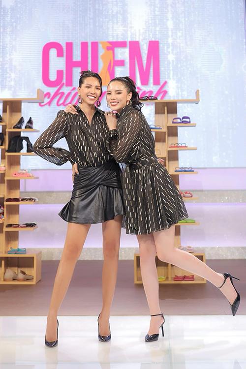 Váy áo đồng điệu sắc màu, hoạ tiết và kiểu dáng thường xuyên được Minh Triệu và Kỳ Duyên sử dụng khi tham gia các game show và mix đồ street style.