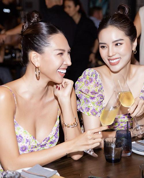 Cùng diện trang phục phục in hoa tím lãng mạn, Minh Triệu và Kỳ Duyên có cách riêng để khai thác vẻ đẹp hình thể.
