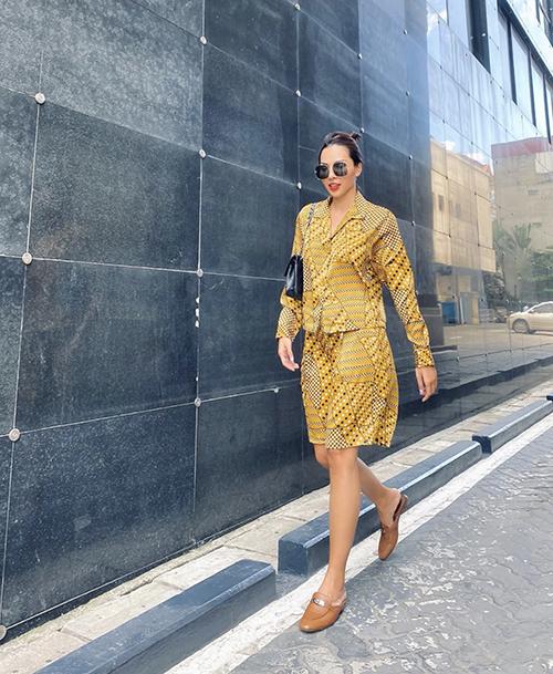 Trang phục dạo phố thiết kế trên vải in hoa văn lập thể được cả Minh Triệu và Kỳ Duyên yêu thích.