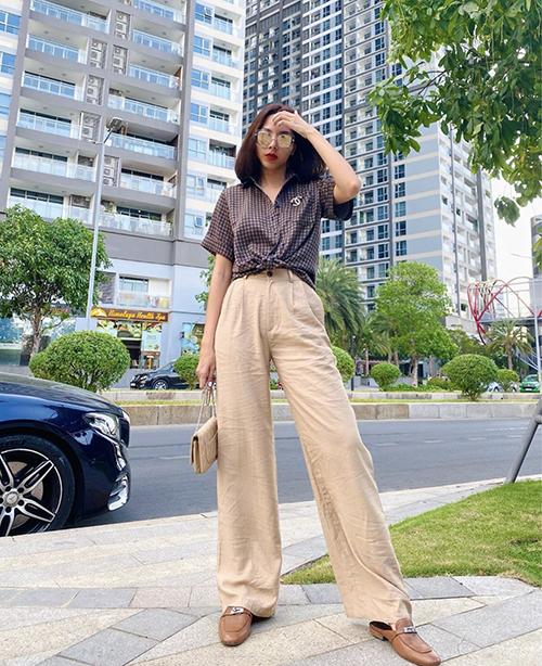 Sơ mi hoạ tiết ca rô nhí được Minh Triệu sử dụng cùng quần linen mang lại sự tự do và thoải mái.