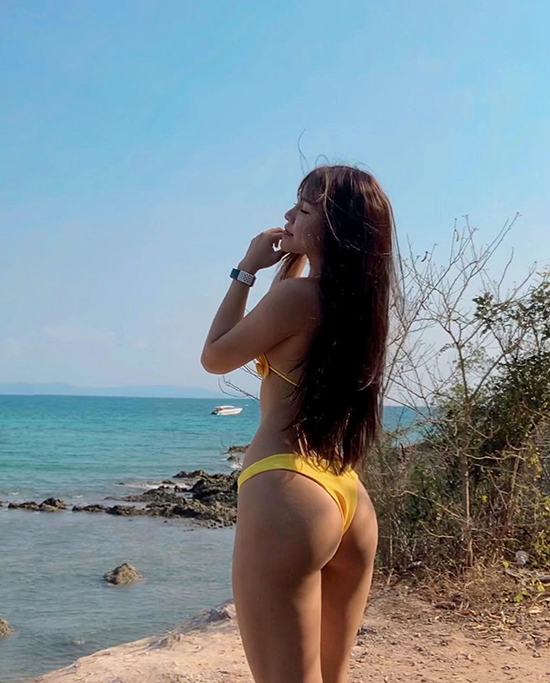 Với bikini,