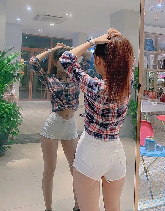Bên cạnh đầm bó, quần short siêu ngắn cũng gắn liền với hình ảnh của