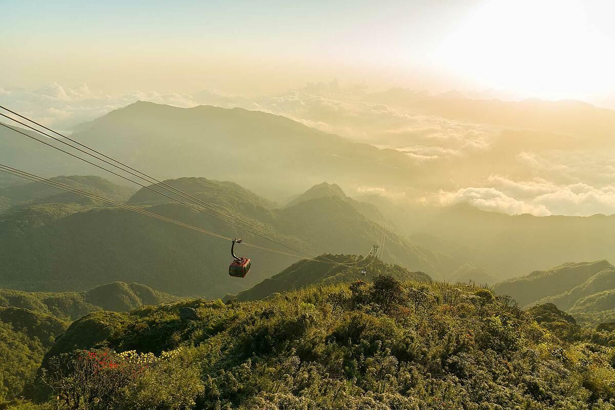 Từ Bảo An Thiền Tự, cabin cáp treo sẽ đưa những người con hiếu thuận cùng đấng sinh thành bước vào chuyến du hành xuyên mây, bay qua đại ngàn xanh thẳm hùng vĩ của núi rừng Hoàng Liên để đến ranh giới giữa trời và đất trên đỉnh Fansipan, nơi toạ lạc quần thể tâm linh kỳ vỹ.