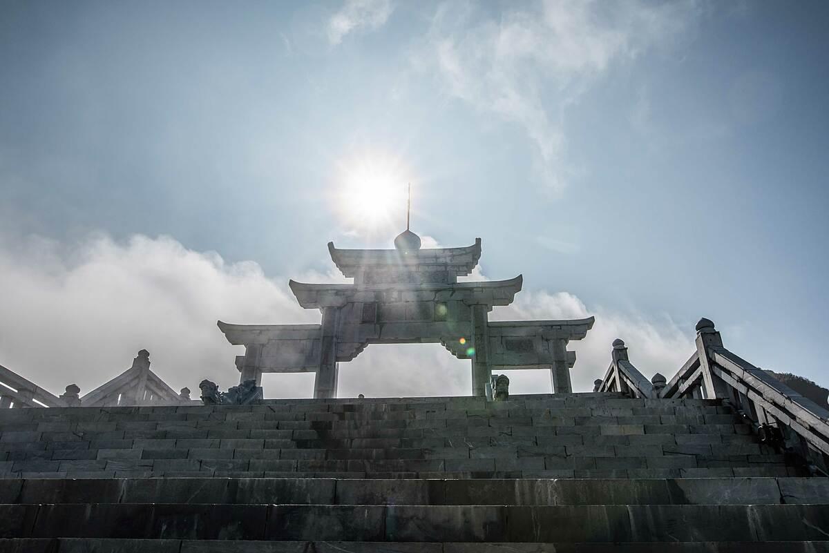 Khi bước chân lên những bậc đá xanh hướng đến cổng trời Thanh Vân Đắc Lộ, du khách đã thấy trong lòng nhẹ bẫng, thanh thản. Giữa biển mây bồng bềnh cùng núi non xanh biếc, những mái chùa cong cong, thanh tịnh cùng tiếng chuông chùa ngân vang đưa chân Phật tử tới chốn thiền tịnh.