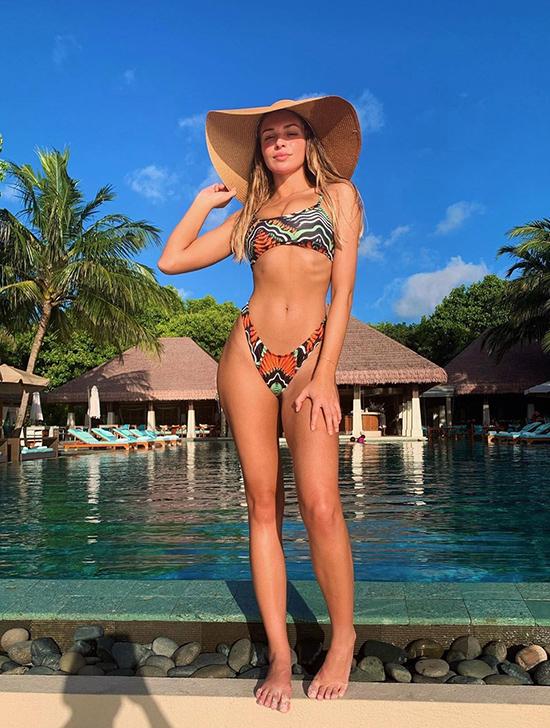Zara McDermott quần bikini vát hông cao