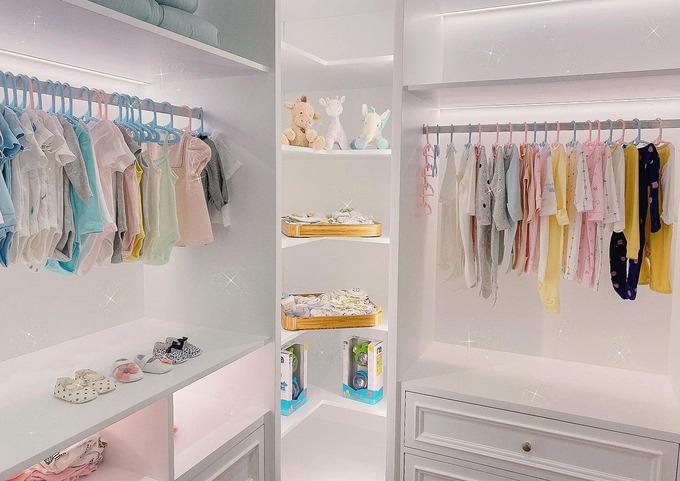 Phòng để đồ của con gái Suchin - em bé mới chào đời của Đàm Thu Trang và Cường Đô La. Căn phòng có tông trắng chủ đạo. Bố mẹ mua cho em nhiều quần áo sơ sinh, các đồ chơi, thú bông cho bé gái.