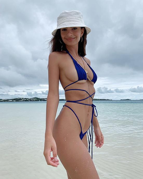 Emily Ratajkowski Floss bikini những sợi dây nhỏ quấn quanh nhiều bộ phận khác nhau của cơ thể, đan chéo nhau ở chỗ này và chỗ khác, ở khắp mọi nơi.