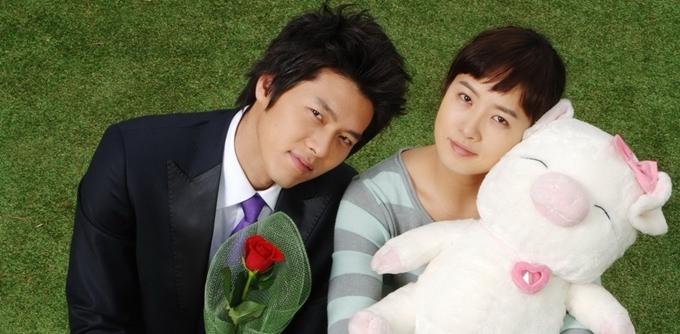 Hyun Bin mang đến nhiều tiếng cười qua vai diễn cậu chủ tính tình hơi trẻ con, ngang ngược nhưng một lòng chung tình với bà chị hậu đậu Sam Soon trong phim Nàng Kim Sam Soon (năm 2005).
