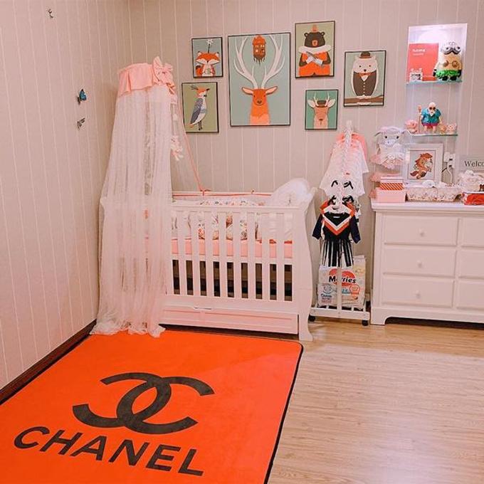 Diệp Lâm Anh từng khiến nhiều người choáng vì mức độ chịu chi khi bài trí phòng cho con gái. Phòng của bé Boorin có nhiều váy vóc hàng hiệu, thảm sàn Chanel.  Căn phòng của tiểu công chúa có cũi, tủ đựng đồ và thú bông.