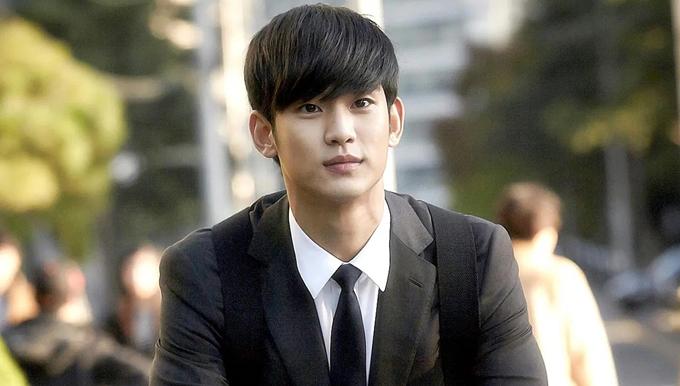 Nhưng dấu ấn lớn nhất của nam diễn viên 32 tuổi phải là vai diễn cụ giáo Do Min Joon lạnh lùng, uyên bác trong Vì sao đưa anh tới vào hai năm sau đó.