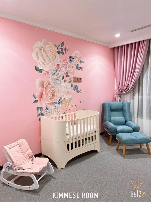 Căn phòng có cũi cho em bé. Tường phòng ngủ có tranh vẽ hoa hồng và Kim - tên con gái của Vân Navy.
