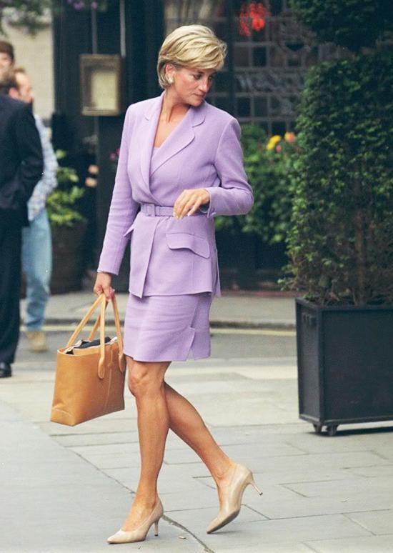 Skirt SuitĐây là mộ bộ trang phục gồm áo vest và váy khiến cho người phụ nữ trở nên sang trọng và mang lại cảm giác quyền lực cho họ.