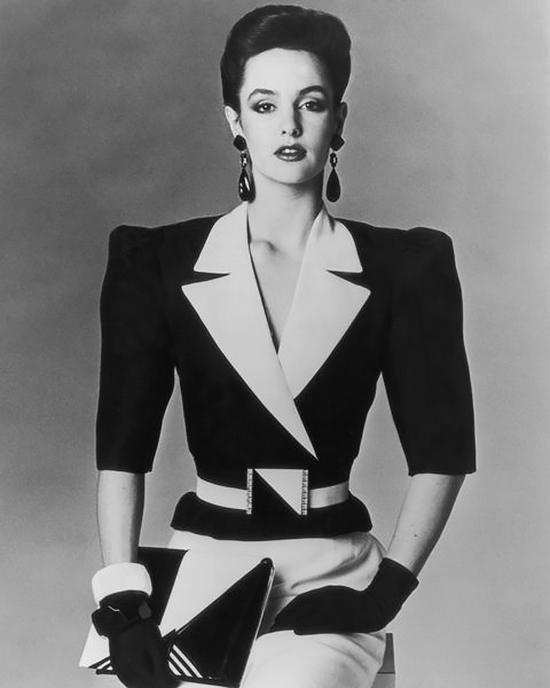 Áo Đệm VaiVào những năm 1980, phụ nữ bắt đầu đi làm tại các công sở nhiều hơn. Do vậy, những miếng đệm vai có tác dụng khắc lại cho họ kiểu dáng sắc nét, rõ ràng tạo nên sức mạnh, sự hấp dẫn giống như nam giới với những bộ vest sang trọng và cà vạt.