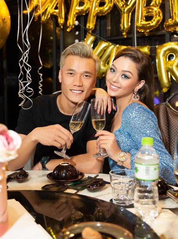 Cuối tuần trước, người mẫu Dianka Zakhidova công khai đang hẹn hò cùng Bùi Tiến Dũng trên trang cá nhân. Cả hai chụp ảnh tình tứ trong bữa tiệc sinh nhật bạn thân của Dianka. Bạn gái Bùi Tiến Dũng là người Ukraine, hiện đang làm việc tại Việt Nam. Cô thường xuyên đến sân cổ vũ người yêu hay tham dự những bữa tiệc gia đình cùng thủ môn của CLB TPHCM.