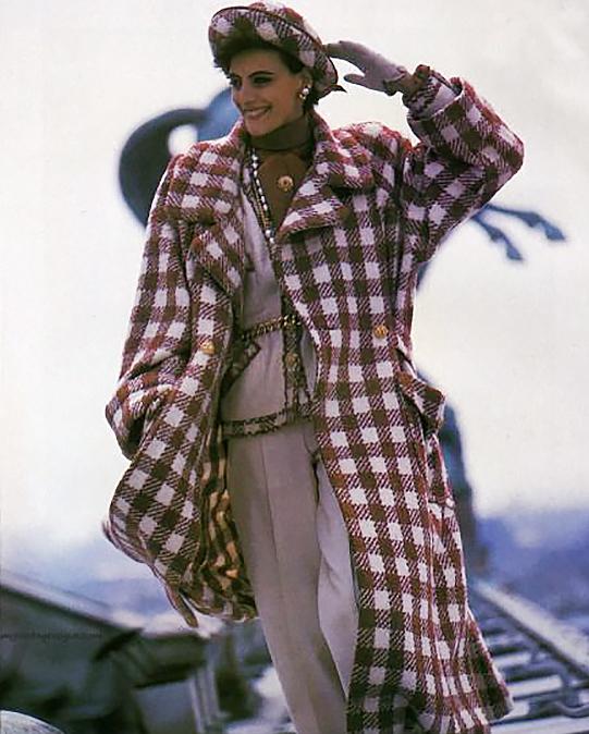 Áo Khoác Kẻ Ca RôVào những năm 1980, áo khoác ngoài thường được thiết kế với họa tiết kẻ ca rô và dài đến đầu gối. Phong cách sang trọng này đã rất được phái đẹp ưa chuộng.