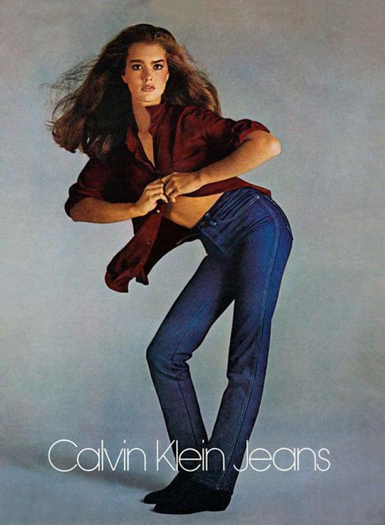 Jeans Cạp CaoNhờ những chiến dịch quảng cáo hấp dẫn của các nhãn hàng nổi tiếng như Calvin Klein, Guess...những chiếc quần jeans cạp cao đã trở thành món đồ hot nhất của giới trẻ những năm 1980.