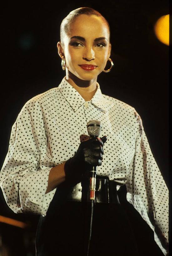 Chấm BiVáy hay quần áo chấm bi đã quay trở lại là xu hướng vào năm 1980 nhờ nữ ca sĩ Sade.