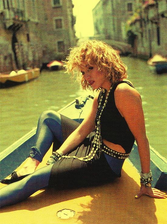 Quần BóCũng nhờ sự lên ngôi của Aerobic mà quần leggings trở thành một món đồ hấp dẫn đối với phụ nữ. Chiếc quần này thường có màu sắc khá rực rỡ. Tuy nhiên, nó có thể phối theo kiểu sắc sảo như phong cách của nữ hoàng nhạc pop Madonna.