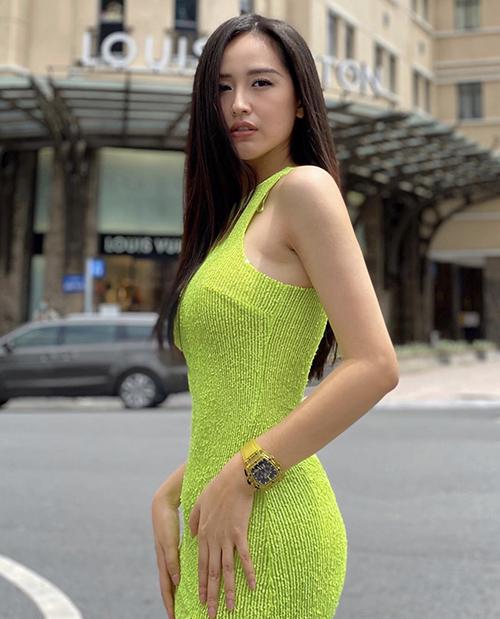 Mai Phương Thuý nổi bật khi xuống phố nhờ cách chọn váy ôm khít eo tôn đường cong và sắc màu bắt mắt.