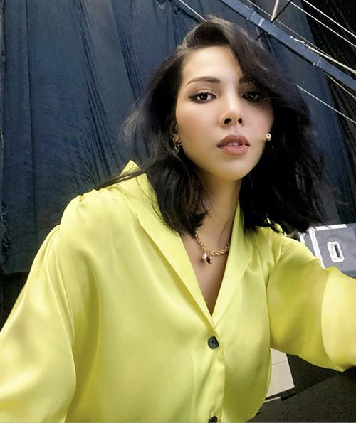 Minh Triệu chọn áo lụa bóng, dáng cổ điển để mix trang phục tôn nét thanh lịch nhưng không kém phần cá tính.