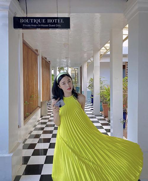 Cùng diện mẫu váy xếp ly được sao Việt yêu thích nhất mùa hè 2020, Salim tạo nên nét riêng nhờ màu nenon kích thích thị giác cao.