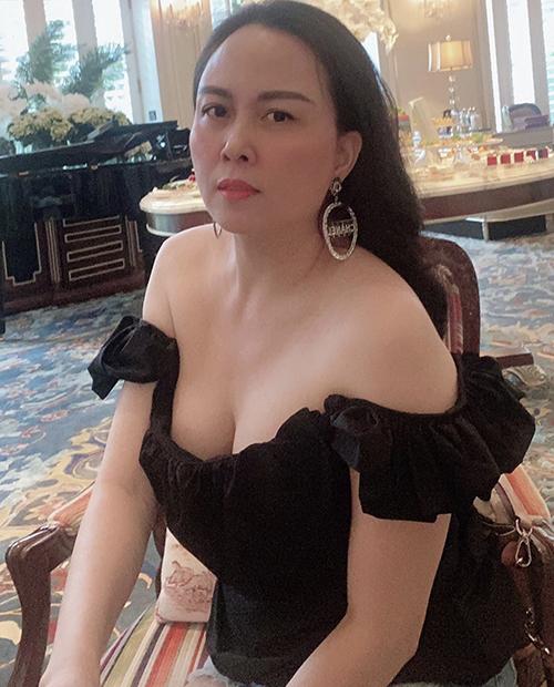 Tự tin với làn da sáng và bờ vai thon vì thế Phượng Chanel luôn tận dụng các mẫu áo khai thác khoảng hở để tôn ưu điểm.