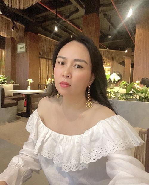 Áo bèo nhún kiểu trễ vai và thiết kế trên tông trắng thanh nhã là món đồ được long Phượng Chanel nhất.