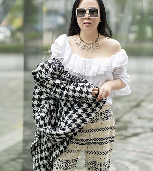 Ngoài các món phụ kiện đắt tiền, áo bèo nhún là trang phục gắn liền với hình ảnh của Phượng Chanel. Chị sử dụng món đồ này ở nhiều bối cảnh từ dạo phố cho đến tham gia tiệc nhẹ cùng bạn bè.