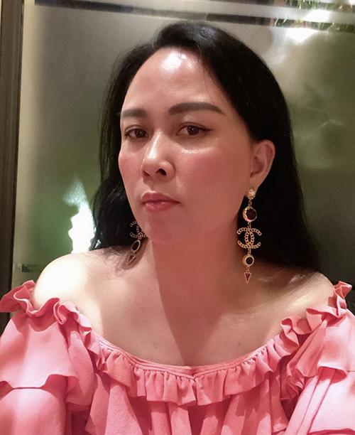 Ngoài áo bèo nhún tông trắng dễ mix đồ, Phượng Chanel còn chọn thêm các mẫu áo hồng, đỏ để giúp phong cách của chị thêm phong phú.