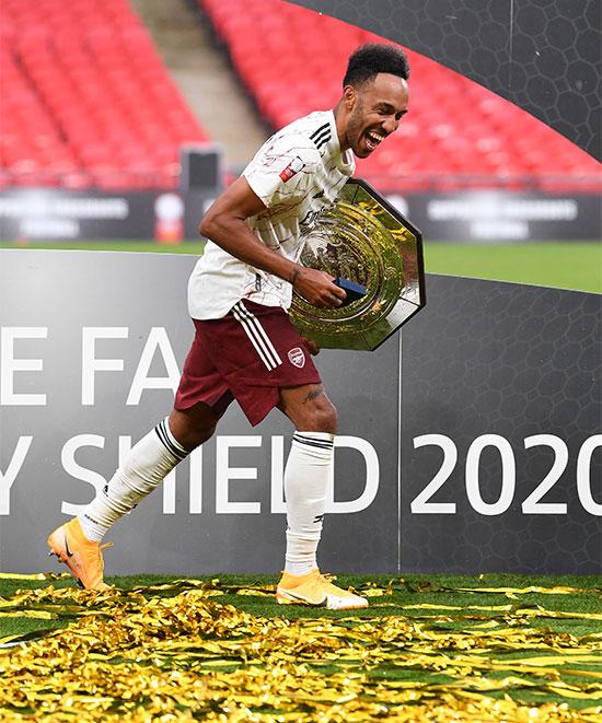 Tiền đạo người Gabon ôm Siêu Cup Anh cười sảng khoái sau khi tiếp tục góp công lớn trong chung kết thứ hai của Arsenal. Ảnh: Twitter.