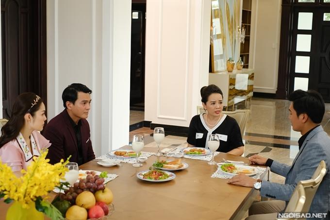 Ngoài bánh mì, bộ phim có nhiều cảnh ăn uống sang chảnh gồm cả món Âu, món Việt.