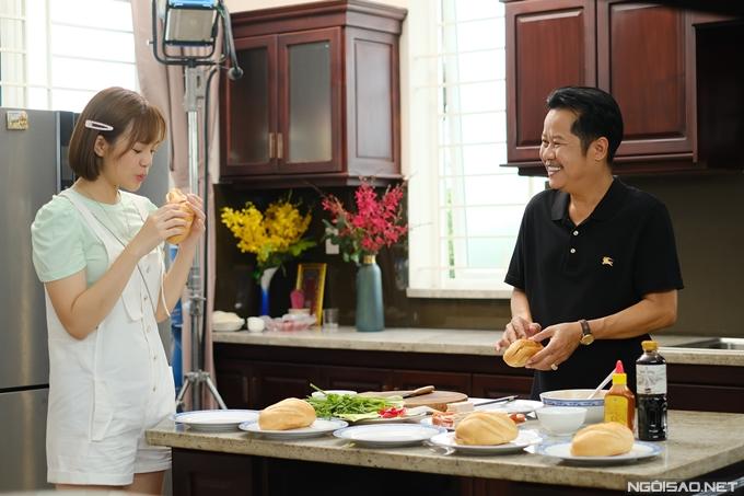 Yeye Nhật Hạ thưởng thức nhiều loại nhân bánh mì trên phim trường.
