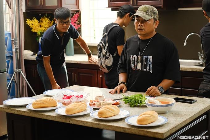 Mỗi ngày, đạo diễn Minh Múm yêu cầu đoàn phim mua lượng lớn bánh mì mới để đảm bảo món đạo cụ này lên hình tươi ngon và diễn viên sử dụng an toàn vệ sinh.