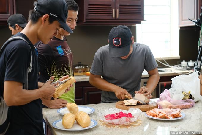 Đội thiết kế chuẩn bị nhiều loại nhân kẹp bánh mì. Những ngày quay tại bối cảnh tiệm bánh mì, đoàn phim thường ăn bánh mì thay cơm.