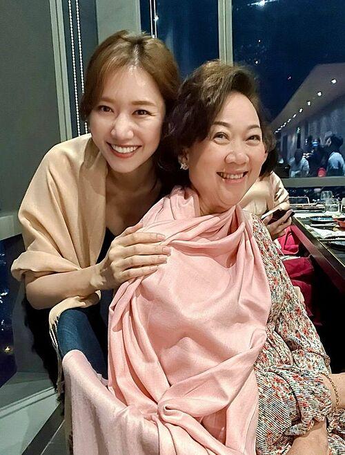 Riết rồi bà giống mẹ tôi còn hơn tôi, Hari Won hài hước bình luận về bức ảnh bên mẹ chồng. Nhiều khán giả nhận xét nữ ca sĩ và mẹ Trấn Thành trông giống nhau như mẹ con ruột. Nhiều người cho biết còn nhầm tưởng mẹ Trấn Thành là mẹ ruột của Hari.