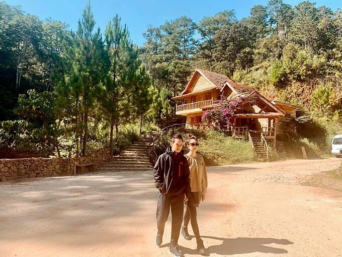 Vợ chồng Lý Hải - Minh Hà tay trong tay khi dạo chơi ở làng Cù Lần (Đà Lạt).