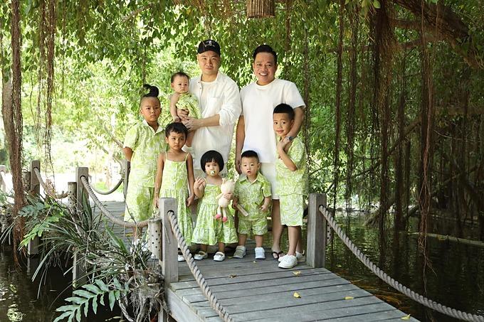 6 con nuôi được NTK Đỗ Mạnh Cường mặc đồ đồng điệu khi du lịch ở Nha Trang.