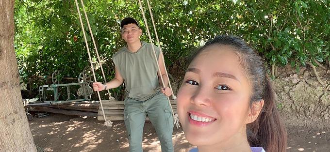 Diễn viên Lê Phương pose ảnh cùng ông xã Trung Kiên ở Trà Vinh. Hôm 28/8, nữ diễn viên mời một số người bạn thân về quê mừng sinh nhật của cô và con gái.